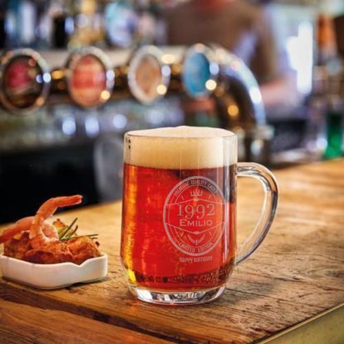 Personalisierter Bierkrug auf Thresen