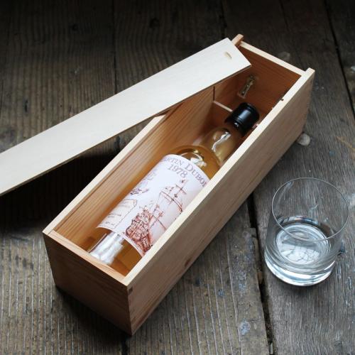 Personalisierte Whisky-Flasche in Holzkiste