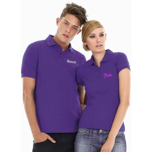 Poloshirt mit individueller Bestickung getragen