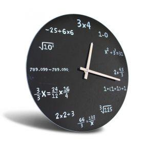 Uhr mit Matheaufgaben