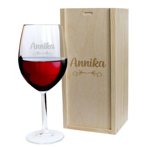 Weinglas mit Holzkiste Pfeil