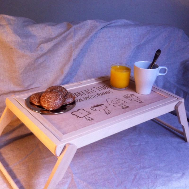 fr hst ckstablett f rs bett mit gravur ein pers nliches geschenk als unikat geschenkegarten. Black Bedroom Furniture Sets. Home Design Ideas